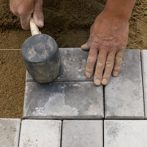 Укладка тротуарной плитки своими руками: особенности процесса