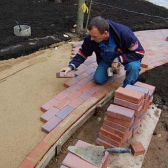 Укладка тротуарной плитки на песок своими руками - технология
